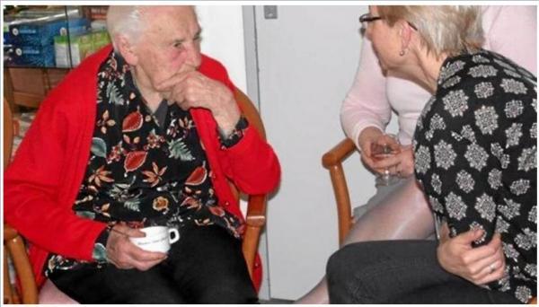 En petit comité, Annick évoque son livre à la résidence Saint -Joseph